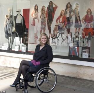 mannequins en chaise roulante the independent arr t sur images. Black Bedroom Furniture Sets. Home Design Ideas